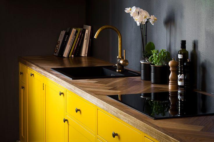 Yellow kitchen, herringbone oak countertop, brass tap, dark grey walls, old wood house - Keltainen keittiö, tammitaso, kalanruoto, tumma harmaa seinä, vanha puutalo