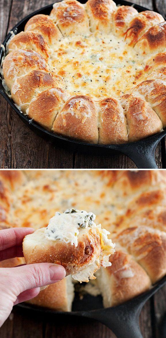 sarten caliente de pan con espinaca y salsa blanca