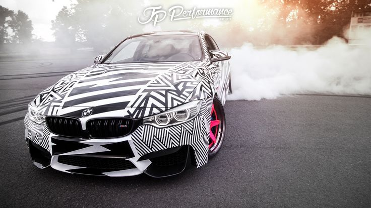 BMW M4 Drift Wallpaper mit Logo