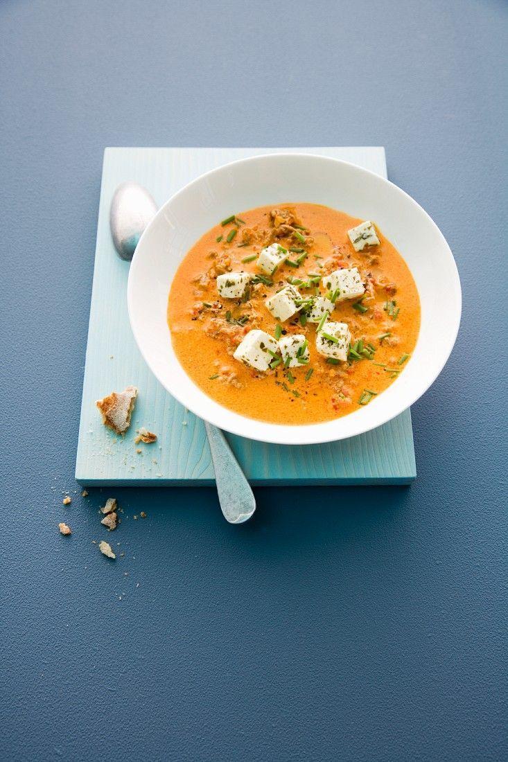 Paprika-Hack-Suppe mit Schafskäse - smarter - Kalorien: 450 Kcal - Zeit: 25 Min. | eatsmarter.de