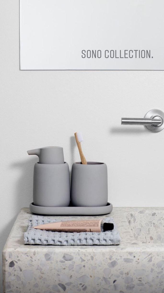 Blomus Zahnputzbecher Seifenspender Tablett Sanfte Formen Perfekt Abgerundete Kanten Und Eine Weiche Gummioberflache Mit Erlesenem Seidenmatt Finish Met Afbeeldingen