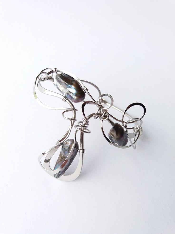 """Náramek+MR29P""""Šeptem+za+soumraku""""+exkluzivní+perly+Autorský+šperk.+Originál,+který+existuje+pouze+vjednom+jediném+exempláři.Vyniká+kouzelným+prostorovým+tvarem,+čistým+zpracováním+detailů,+krásou+unikátních+pravých+perel+a+elegantním+nadčasovým+výrazem.Nevšední+řešení+s+perlami+poutá+pozornost,+ale+není+okázalé,+díky+čemuž+se+tento+šperk+hodí+ke..."""