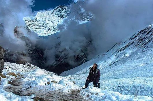 #Annapurna_Base_Camp_Trekking : Through the darkness into the light.Nothing matters up here, not your identity nor your existence,all you can do is admire the magnificence in awe and be humbled by their majestic presence. At 13,500ft.  during ABC trekking May 2017 ! #annapurna #annapurnarange #annapurnabasecamp #annapurnatrek #trekking #trekker #mexicano #mexicanoscreativos #sunrise #himalayas #nepal #nepalnow #nepalthe8thwonder #nepal8thwonder   #canon  📷: @Clear_Sky_Treks...