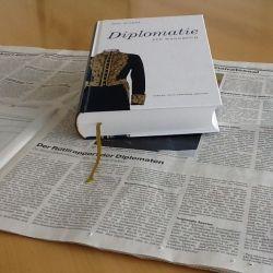 Der Diplomat – wie funktioniert er heute?, fragt Martin Furrer in der Basler Zeitung. Die Antwort findet er bei Paul Widmer: «Ein Diplomat ist eine Person, die den Weg zur Hölle so vorteilhaft zu schildern versteht, dass man den Weg sogleich mit Freude einschlagen möchte.»