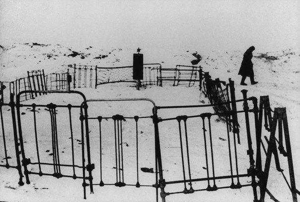 """Фото Георгия Зельмы """"Братские могилы"""", Сталинград, 1942."""