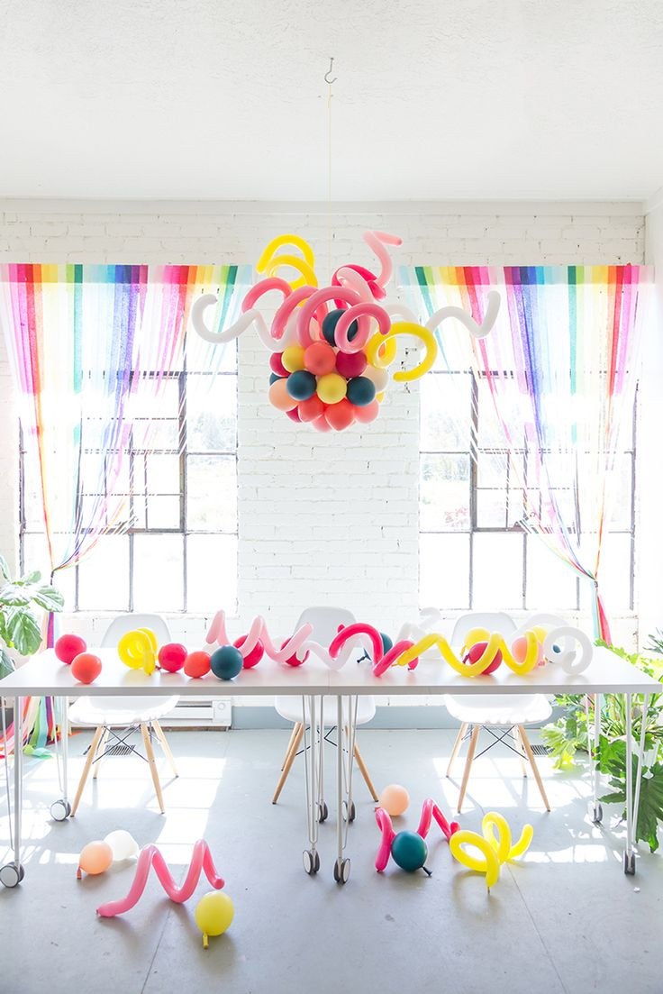 Such a fun party idea - balloon chandelier @thehousethatlarsbuilt http://asubtlerevelry.com/festive-friday-5-fun-things-5