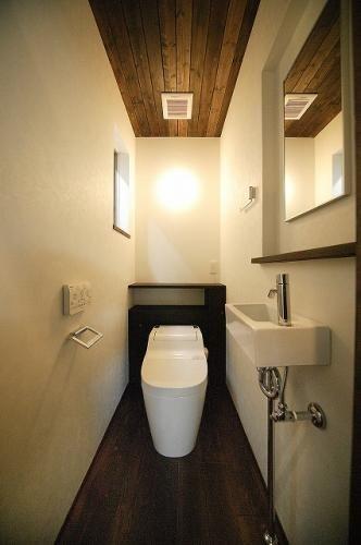 専門家:鳥山敦生が手掛けた、落ち着くトイレ空間(『TN-house』チョコレートケーキの家)の詳細ページ。新築戸建、リフォーム、リノベーションの事例多数、SUVACO(スバコ)