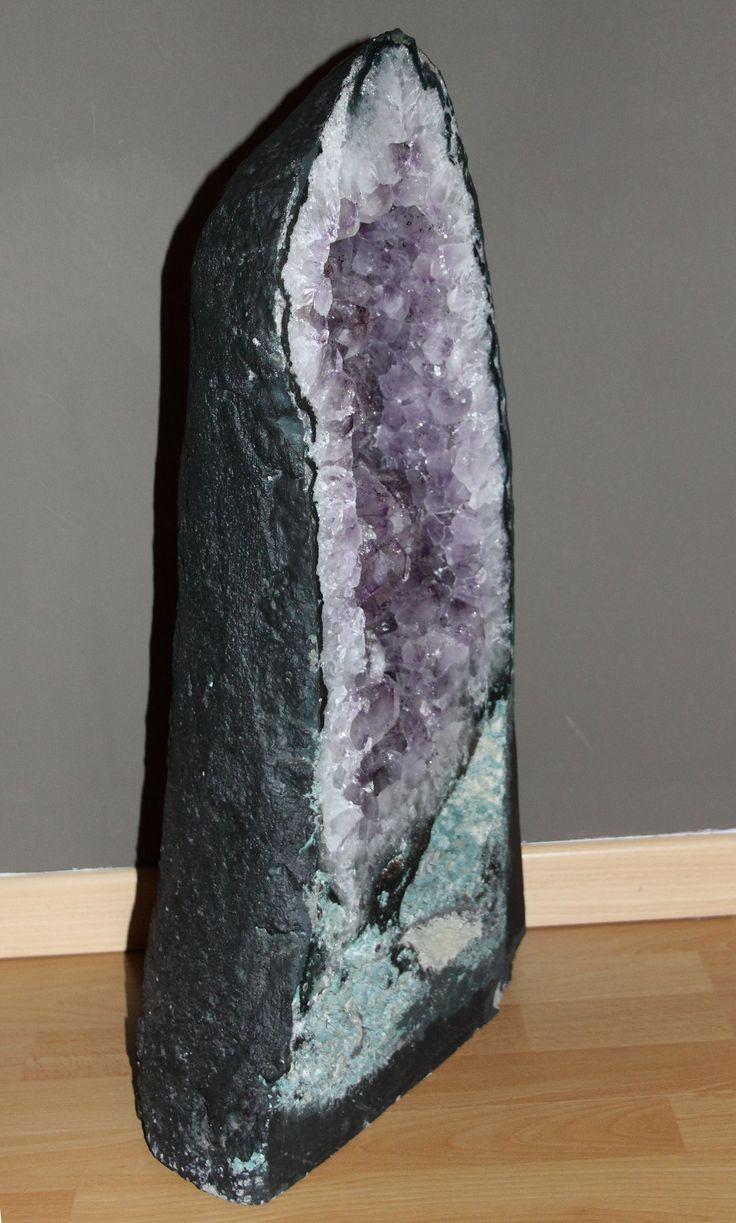 amethist geode in het bovenstuk zitten vrij grote lichtpaarse amethist kristallen.  In het onderste deel zit veel mosagaat  de kleine openingen zijn gevuld met vreemd vergroeide calciet kristallen.  Een erg mooi geode.   Hoogte 63 cm breed in de midden 22 cm gewicht 37 kg. prijs 350 Euro