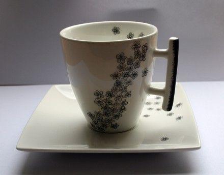 Tasse à café en véritable porcelaine blanche peint à la main avec de la peinture sur porcelaine et ensuite cuite à très haute température. Motif fleurs noirs. Chaque pièce - 264644