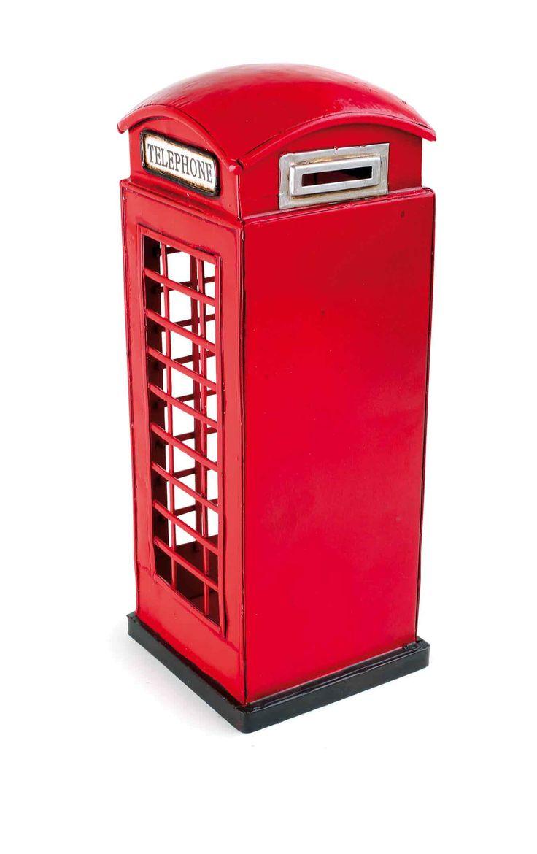 """Het origineel in miniatuur voor de vitrine thuis. Wie kent ze niet, de rooie telefooncellen uit Engeland? De detailgetrouw uitwerking overtuig met de gouden kroon op de toegangsdeur en zelf ventilatiegleuven aan de achterkant zijn aanwezig. Op twee borden staat """"Telephone""""."""