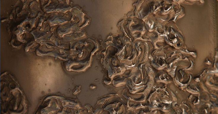 Como soldar bronze. Bronze é uma liga de cobre e zinco com uma vasta variedade de propriedades físicas, dependendo da composição específica. Ele é geralmente usado para aplicações de baixo atrito em decorações e para a fabricação de alguns instrumentos musicais. O ponto de fusão do bronze varia entre 482° C e 504° C e é relativamente fácil de fundir.