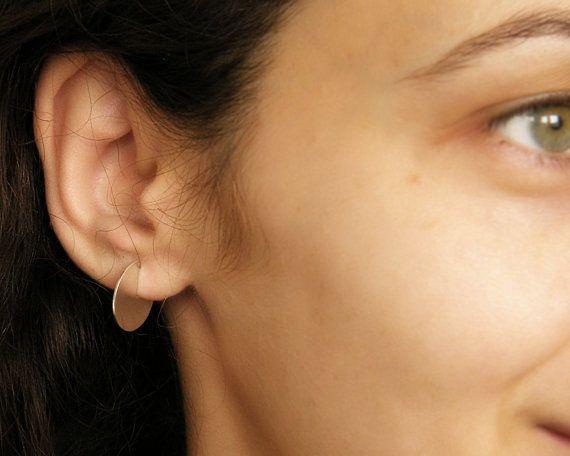 Deze geometrische hoepel oorbellen gemaakt in gespannen en koele stijl. Deze minimalistische Cirkel oorbellen worden van zilver met mij gereduceerd. Perfect als cadeau voor meisjes of vrouwen die graag moderne edgy sieraden.  Dikte is 0.8 mm en ze eruit zien alsof ze het oor knippen. Als u hetzelfde effect wilt, hebt u mij te laten weten wat is de afstand tussen uw oor gat en het einde van de oorlel. Zie 4de foto. De grootte van de cirkel kan eveneens worden aangepast. Diameter van de cirkel…