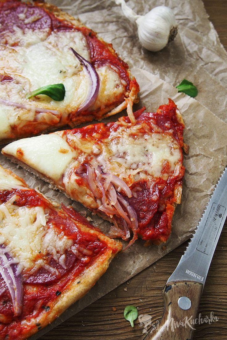 Domaca pizza - Ja som si pizzu obložila kúskami salámy a syra, posypala červenou cibuľou a navrch som dala bryndzu. Bryndzová pizza chutí úžasne, takže poslednú dobu na nej dosť ulietavame