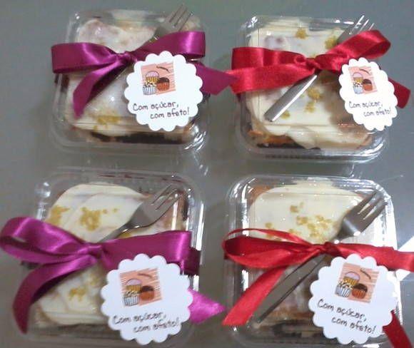 Pedaço de bolo, na embalagem plástica, acompanha tag, fita e mini garfinho de plástico prateado.Pedido mínimo de 10 unidades. R$ 10,00