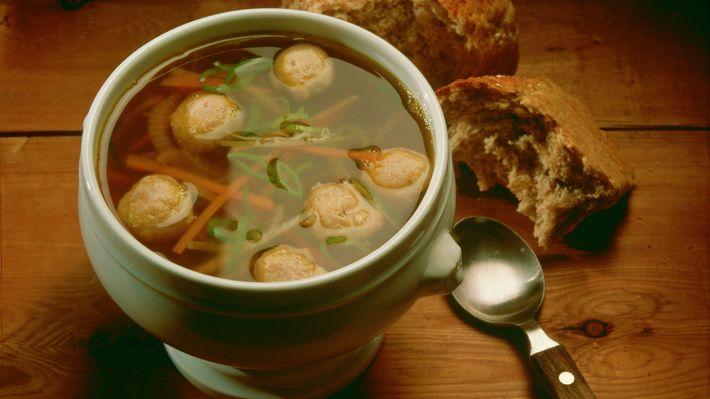 Grønnsaksuppe med boller - Tradisjon - Oppskrifter - MatPrat  mmm deilig ,vi kaller det for stormsuppe :)