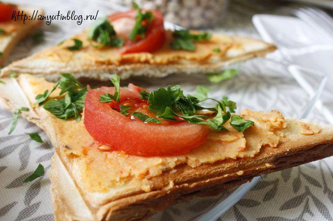 Хумус со сладким перцем для бутербродов. Арабское блюдо из нута, отлично подходит для вегетарианских завтраков.