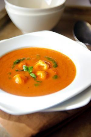 Bereiden:Verhit 1 el basilicum olie en fruit hier de uien in. Voeg de knoflook toe en bak het even kort mee. Doe de tomatenstukjes erbij en nog 1 el basilicum olie. Stoof de tomaten ca. 15 min. tot ze