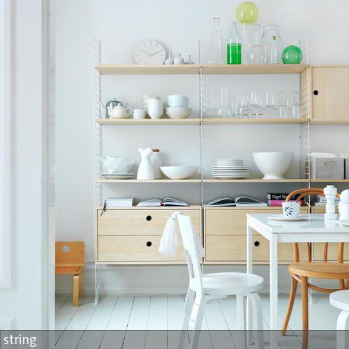 Ein kombiniertes Regal mit Schranktüren als auch Ablageflächen, die individuell verstellbar sind, eignet sich wunderbar für die Küche. Schönes Geschirr,  …