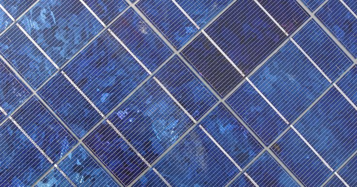 Como instalar painéis solares por conta própria. À medida que aumenta o preço das várias formas de energia, muitas pessoas estão buscando alternativas para o fornecimento de eletricidade para suas casas. Os painéis solares instalados no telhado captam a energia do sol e a convertem em eletricidade para alimentar lâmpadas, aparelhos domésticos e outros dispositivos. Se você está construindo uma ...