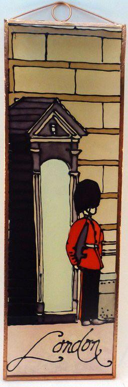 Királyi őrség Grafika: Navratil Zsuzsa Üvegre kivitelezte: Kőrösi Andrea Mérete: 7,5 cm x 23,5 cm