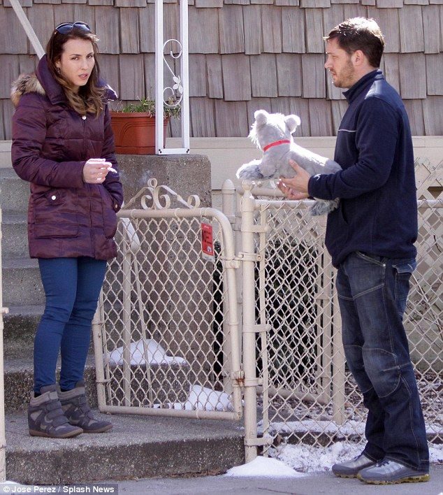 デイリーメールオンライン|トム・ハーディは、ニューヨークの動物救助のセットでNoomi Rapiceにぬいぐるみの犬を与えます