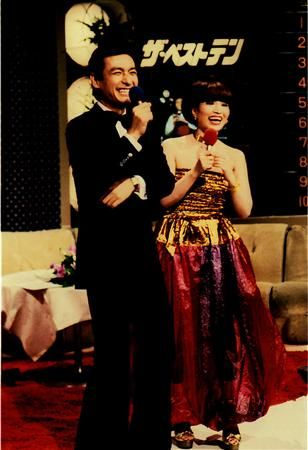 ザ・ベストテン (The Best Ten) TV music show, 1978-1989 Japan. MC は黒柳徹子と久米宏。☆この番組の常連だった光GENJI のバックで Smap が踊ってて、いざ Smap がデビューした頃にはこの番組も含めて全ての音楽番組が終了〜。仕方なくバラエティに出まくり、コントでも何でもやって来た結果、ジャニーズの新境地を開拓。昔はアイドル年齢終了=引退しか無かったけど、彼らのおかげでジャニタレは歳を取っても引退しなくて良い流れが出来ました。後は自分次第。ファンにとってはずっと観ていられるって最高です!