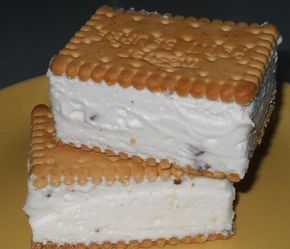 Ledové osvěžení - RUSKÁ ZMRZLINA 18 kssušenky 500 mlsmetana ke šlehání 1 bal.vanilkový cukr 3 ksvejce 3 lžícekr. cukr tmavá čokoláda Z bílků, kr. a vanilkového cukru vyšleháme tuhý sníh. Když máme ušlehaný sníh, přidáme jeden žloutek po druhém. Nakonec přimícháme vyšlehanou šlehačku a vařečkou promícháme. Můžeme přidat na hrubém struhadle nastrouhanou hořkou čokoládu.Na naskládané sušenky navrstvíme smetanovou hmotu, kterou pěkně uhladíme. Na vrch naskládáme sušenky a odložíme do mrazáku