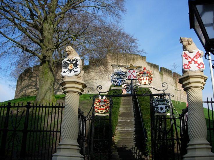 Midden in het centrum van Leiden ligt de heuvel waarop zich de middeleeuwse fortificatie bevindt, die bekend staat als De Burcht