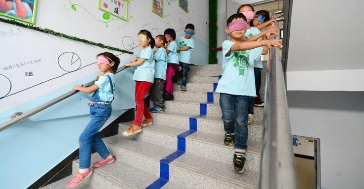 Crianças participam de atividade com os olhos vendados em uma escola primária de Xingtai, província de Hebei, norte da China. A ideia é que os alunos experimentem um pouco da vida dos deficientes visuais durante a atividade extracurricular.  Fotografia: Xinhua / Zhu Xudong.  http://educacao.uol.com.br/album/2014/03/18/educacao-pelo-mundo.htm#fotoNav=114