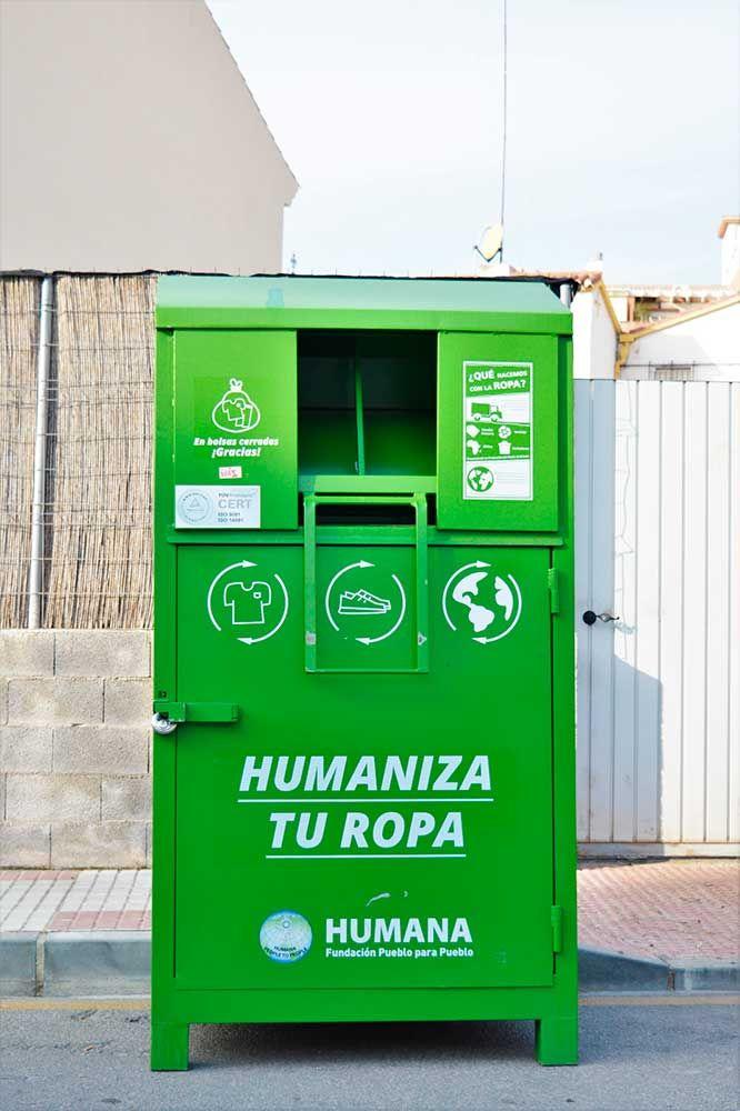 La reutilización y reciclaje de esta ropa recuperada evita la emisión de 269 toneladas de CO2, contribuyendo a la mejora y conservación medioambiental.