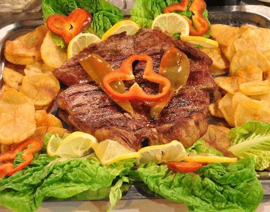 Uno de los platos a destacar en la parrilla Don Lechón es el Gran Bife Don Lechon, acompañado de crujientes papas. Para chuparse los dedos.
