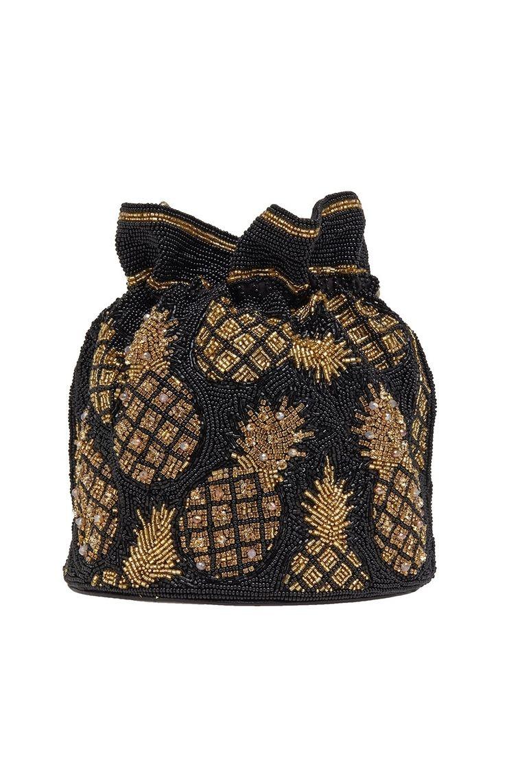 Вечерняя сумка-мешок украшена мотивами в виде ананасов, вышитых бисером. Шнурок, стягивающий верх сумки, служит одновременно и ремешком. Этот аксессуар из коллекции бренда Isla станет гармоничным дополнением коктейльных и вечерних образов.