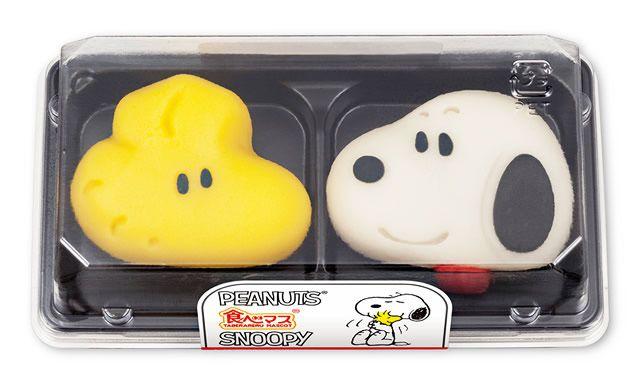 """「食べマス」とは、「食べられるマスコット」を略したキャラクター和菓子。  和菓子の""""練り切り""""を用いて、愛らしいキャラクターを表現しています。    今回の「食べマス スヌーピー」に登場するのは、新聞連載コミック「PEANUTS(ピーナッツ)」のキャラクター「スヌーピー」と「ウッドストック」の2種類。    「食べられるマスコット」の名前の通り、スヌーピー、ウッドストックの姿かたちに加え、小さな目や鼻、耳、スヌーピーの首輪など細部まで手の込んだ細工で再現されています。  また、和菓子ならではのまろやかな味わいと、しっとりとした口当たりの良さを楽しむことができます。    「食べマス スヌーピー」の販売価格は395円(税込)。  全国(沖縄を除く)のローソンのチルドデザートコーナーにて販売されます。    なお販売期間は、2017年7月25日(火)~8月6日(日)までとなっています"""