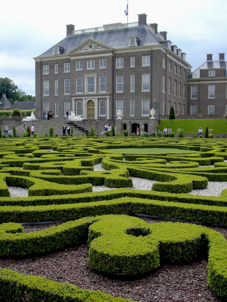 Paleis Het Loo, Apeldoorn, Gelderland. Discover here the principles of the #Dutch #contract #law: http://www.lawyersnetherlands.com/contract-law-in-the-netherlands