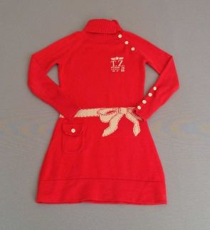 Trasluz. Vestido rojo con cuello con botones y adorno de lazo dorado en la cintura
