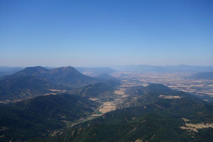 Cuculo (1552 metros), San Salvador (1547 metros) y la sierra de San Juan de la Peña con el vallecito en el que se encuentra el pueblo de Atarés
