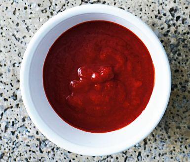 En härlig tomatsås kryddad på indiskt vis med spiskummin, kanel och kryddnejlika. God till falafel, pasta- och risrätter. Kryddan hing, flitigt använd i Indien, utvinns ur saven från en fänkålssläkting och påminner om lök och vitlök i smaken.
