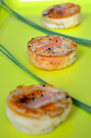 Recette petites bouchées apéritives au saumon par Dominique : Une mise en bouche très fraiche et légère à servir en apéritif ou en entrée..Ingrédients : aneth, saumon
