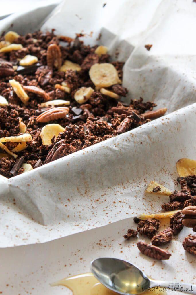 Recept voor zelfgemaakte gezonde chocolade granola met bananenchips | It's a Food Life