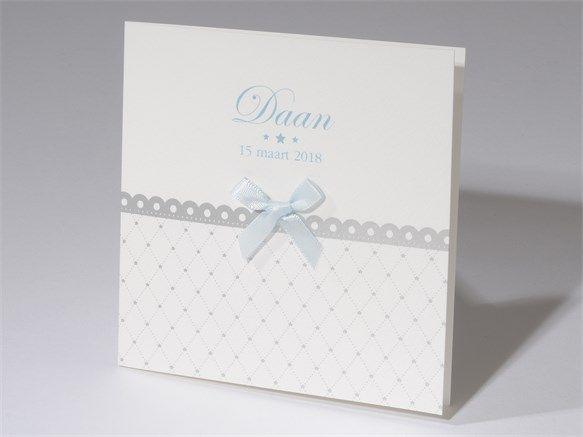 Klassiek grijs geboortekaartje met blauw plakstrikje. Strikjes zijn in meerdere kleuren verkrijgbaar. Dit kaartje is daarom ook bijzonder geschikt voor een meisje. Kaartnummer 61.367, vanaf 1,34 per stuk.