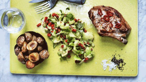 Koteletter med ovnstegte kartofler og avocadosalat | Femina