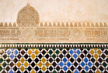 Image issue du site Web http://images.placesonline.com/photos/6966_granada_ceramica_decora_su_una_parete_del_castello_di_alhambra.jpg