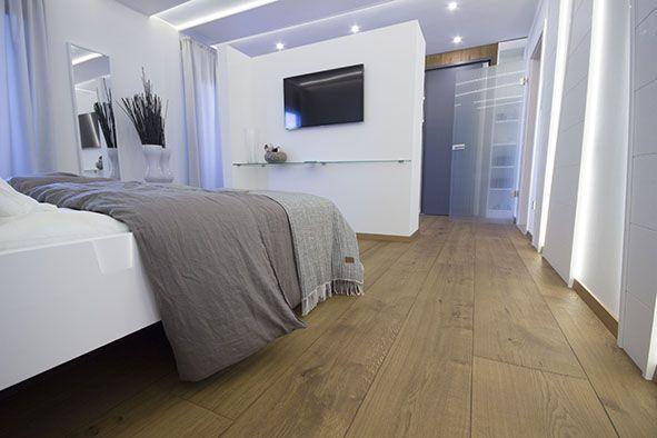 """Das Premium Schlafzimmer im MEISTER-Musterhaus mit Lindura Holzboden in """"Eiche goldbraun"""" und Dekorpaneelen Terra im Dekor """"Shape"""" #Wohnen #zuhause #Boden #Modern The Premium sleeping room in our MEISTER mock-up house with Lindura wood flooring in """"Golden brown oak"""" and the deorative panels Terra with the decor """"Shape"""" #living#home#flooring#Modern"""