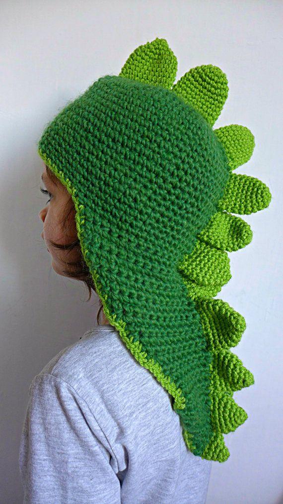 Grrrrrr!, dice questo berretto alluncinetto per bambini a forma di drago o dinosauro e di colore verde: i vostri piccoli lo ameranno! Volevo creare