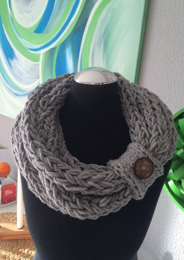 Hallo   Loop Schal in schönem grau mit grauer Manschette und tollem Kokos Knopf -siehe Bilder!  50% Schurwolle  50% polyacryl   Mit Manschette! Kratzt nicht-sehr weich!