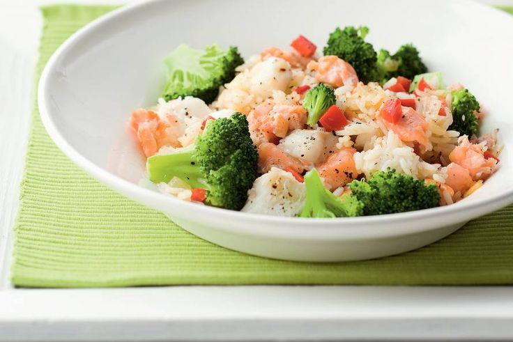 Kijk wat een lekker recept ik heb gevonden op Allerhande! Gebakken rijst met gerookte zalm en broccoli