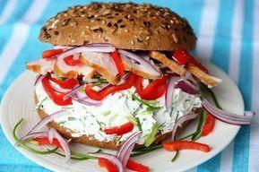 Broodje kip, rode ui, zoete paprika en bieslookroomkaas - De keuken van Ursie