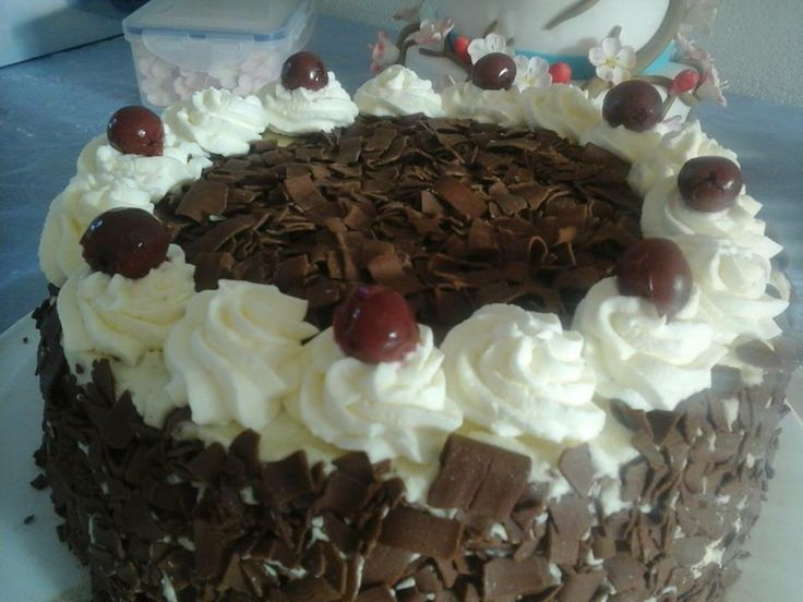 Schwarswalder kirsch taart.  Chocolade taart met slagroom, kersen en kirsch. prijs: 25 euro. 14 personen.