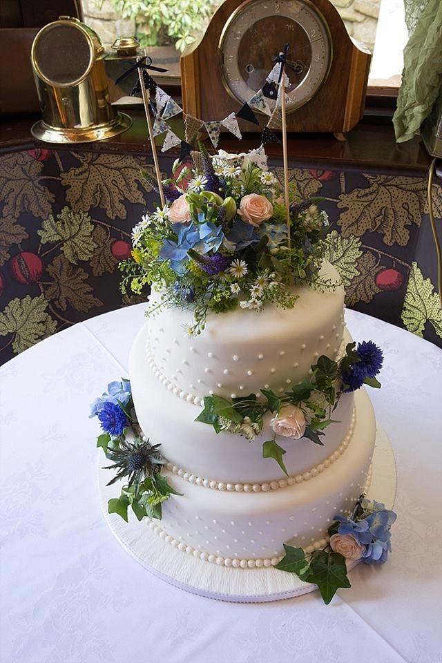 Beautiful cake decorating #weddings #flowers #cake