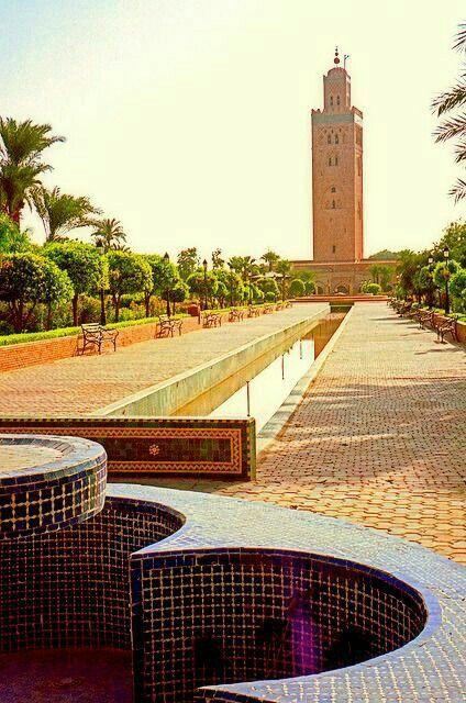 Marrakech, La Koutoubia / La mezquita Kutubía, Koutoubia, Kutubiya, Jami 'al-Kutubiyah o Kutubiyyin es una mezquita, un edificio para el culto de la religión islámica, edificado en el siglo XII en la ciudad de Marrakech en Marruecos, representativo del arte almohade
